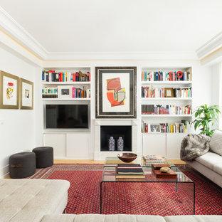 Idéer för ett mellanstort modernt vardagsrum, med ett finrum, vita väggar, mellanmörkt trägolv, en standard öppen spis, en väggmonterad TV och gult golv