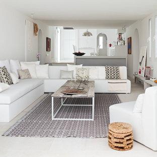 Cette photo montre un grand salon méditerranéen ouvert avec un mur blanc, une salle de réception, un sol en travertin, aucune cheminée et aucun téléviseur.