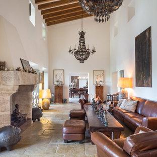 Imagen de salón cerrado, mediterráneo, con paredes blancas, chimenea tradicional y suelo beige