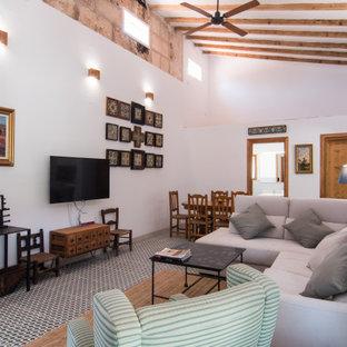Ejemplo de salón abierto, mediterráneo, con paredes blancas y suelo multicolor
