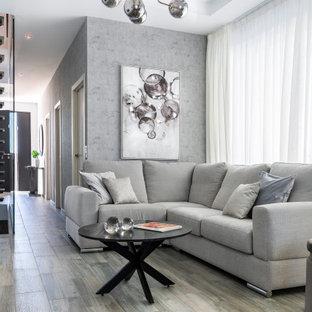 Foto de salón papel pintado, contemporáneo, grande, papel pintado, con suelo de baldosas de cerámica, televisor colgado en la pared, suelo gris, papel pintado y paredes grises