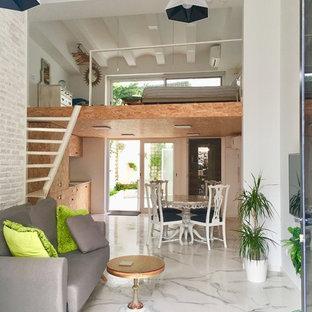 Ejemplo de salón abierto, contemporáneo, de tamaño medio, sin chimenea, con paredes blancas, suelo de baldosas de porcelana y suelo blanco