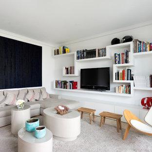 Foto di un piccolo soggiorno contemporaneo aperto con libreria, pareti bianche, pavimento in marmo e TV autoportante
