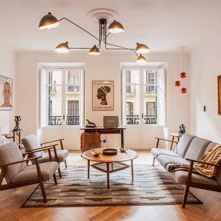 Ejemplo de salón escandinavo con paredes blancas, suelo de madera en tonos medios y suelo marrón