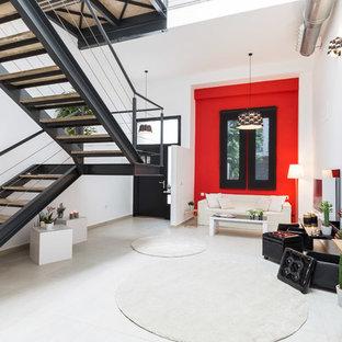 Ejemplo de salón actual con paredes rojas y suelo blanco