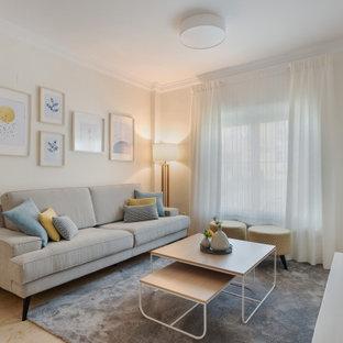 Diseño de salón actual con paredes beige y suelo beige