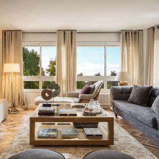 Modelo de salón para visitas cerrado, clásico renovado, de tamaño medio, sin chimenea, con paredes blancas, suelo de madera en tonos medios y televisor colgado en la pared