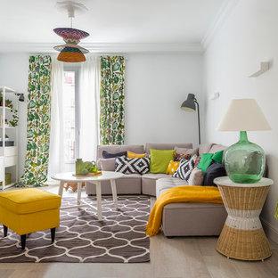 Modelo de salón para visitas abierto, ecléctico, de tamaño medio, sin chimenea y televisor, con paredes blancas y suelo de madera clara