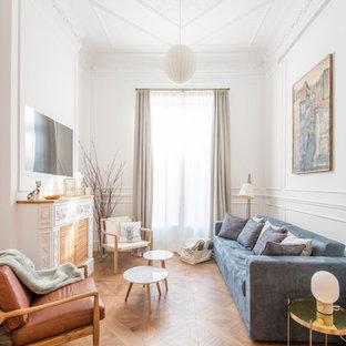 Diseño de salón para visitas cerrado, clásico renovado, de tamaño medio, con paredes blancas, suelo de madera en tonos medios, televisor colgado en la pared, suelo marrón y chimenea tradicional
