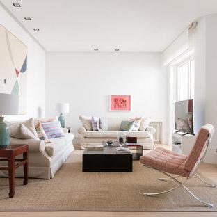 Ejemplo de salón tipo loft, tradicional renovado, con paredes blancas, suelo de madera clara y suelo beige