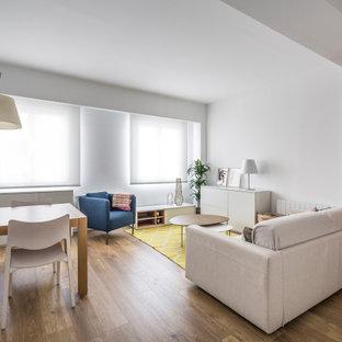 Imagen de salón abierto, contemporáneo, de tamaño medio, sin televisor, con paredes blancas, suelo de madera en tonos medios y suelo beige