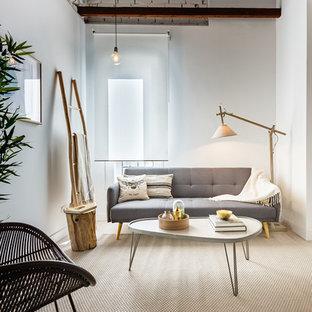Modelo de salón escandinavo, pequeño, sin chimenea y televisor, con paredes blancas, suelo de madera clara y suelo beige