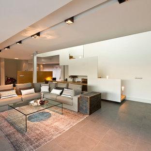 Ispirazione per un ampio soggiorno design aperto con sala della musica, pareti bianche, pavimento con piastrelle in ceramica e nessun camino