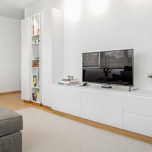 Idées déco pour un salon contemporain de taille moyenne et ouvert avec un mur blanc, un sol en bois clair, un téléviseur indépendant et un sol jaune.