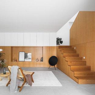 Diseño de salón abierto, abovedado y madera, minimalista, madera, con paredes marrones, suelo gris y madera