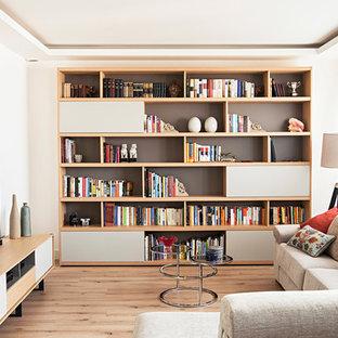 Ispirazione per un piccolo soggiorno minimal aperto con libreria, pareti bianche, pavimento in legno massello medio, nessun camino, TV autoportante e pavimento marrone