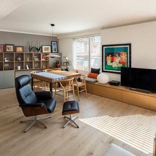 Foto de salón abierto, contemporáneo, con paredes blancas, suelo de madera clara, televisor independiente y suelo beige