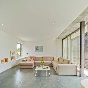 Imagen de salón para visitas abierto, actual, de tamaño medio, sin chimenea y televisor, con paredes blancas