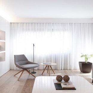 Diseño de salón abierto, moderno, extra grande, sin televisor, con paredes blancas, suelo de madera clara y suelo beige