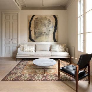 Foto de salón abierto, mediterráneo, con paredes beige y suelo multicolor