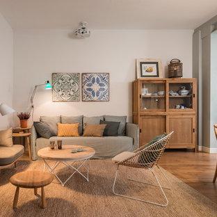 Imagen de salón para visitas abierto, escandinavo, de tamaño medio, sin chimenea y televisor, con paredes blancas y suelo de madera en tonos medios