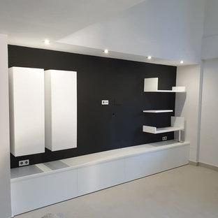 Esempio di un piccolo soggiorno moderno chiuso con pareti nere, pavimento in terracotta, TV a parete e pavimento beige