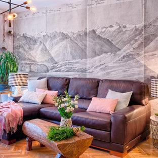 Diseño de salón para visitas marinero con paredes blancas, suelo de madera en tonos medios y suelo marrón