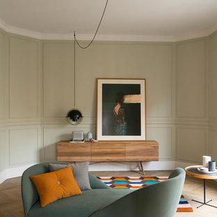 Diseño de salón con rincón musical cerrado, actual, de tamaño medio, con paredes beige, suelo de madera en tonos medios y suelo marrón