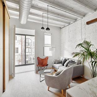 Modelo de salón para visitas contemporáneo, sin chimenea y televisor, con paredes blancas, suelo de madera en tonos medios y suelo marrón
