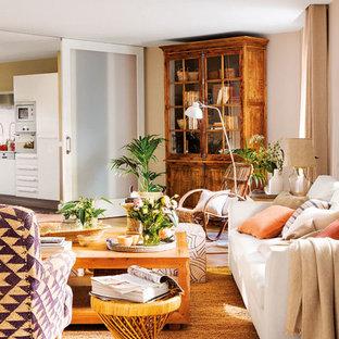 Modelo de salón cerrado, ecléctico, grande, sin chimenea y televisor, con paredes beige y suelo de madera en tonos medios