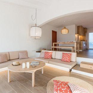 Imagen de salón abierto, mediterráneo, grande, sin chimenea, con paredes blancas y suelo de baldosas de porcelana