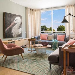 Imagen de salón cerrado, contemporáneo, grande, sin chimenea y televisor, con suelo de madera en tonos medios, suelo marrón y paredes verdes