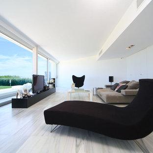 Imagen de salón con rincón musical abierto, actual, grande, con paredes blancas y pared multimedia