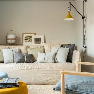 バルセロナの中サイズの地中海スタイルのおしゃれなLDK (ベージュの壁、無垢フローリング、テレビなし、茶色い床) の写真