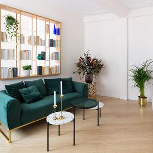 Diseño de biblioteca en casa cerrada, contemporánea, con paredes blancas, suelo de madera clara, televisor independiente y suelo beige