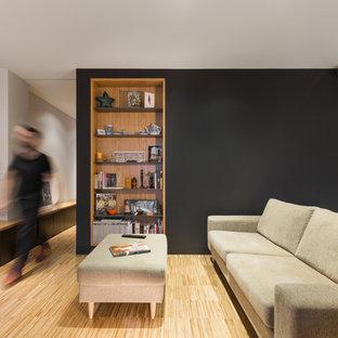 マドリードの中サイズのモダンスタイルのおしゃれなリビングロフト (白い壁、無垢フローリング、暖炉なし、据え置き型テレビ、茶色い床) の写真