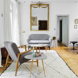 Cette image montre un salon design de taille moyenne et ouvert avec un mur blanc, un sol en bois clair, une salle de réception, aucune cheminée et aucun téléviseur.