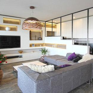 Foto di un soggiorno contemporaneo di medie dimensioni e aperto con nessun camino, libreria, pareti bianche, pavimento in laminato, parete attrezzata e pavimento grigio