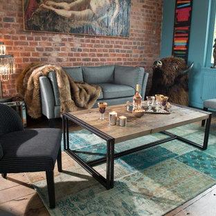 Aménagement d'un salon classique de taille moyenne et fermé avec un mur bleu, un sol en bois foncé, aucune cheminée et aucun téléviseur.