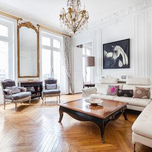 Aménagement d'un salon classique avec une salle de réception, un mur blanc, un sol en bois brun, un téléviseur indépendant et un sol marron.
