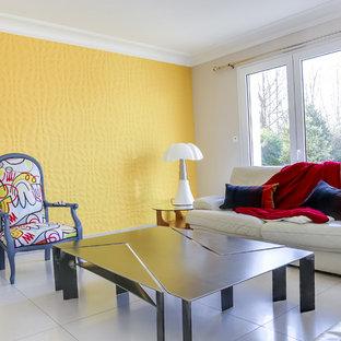 アンジェのトランジショナルスタイルのおしゃれなリビング (セラミックタイルの床、コーナー設置型暖炉) の写真