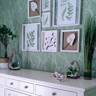 パリの小さいトロピカルスタイルのおしゃれなLDK (ライブラリー、緑の壁、セラミックタイルの床、暖炉なし、据え置き型テレビ、ベージュの床) の写真