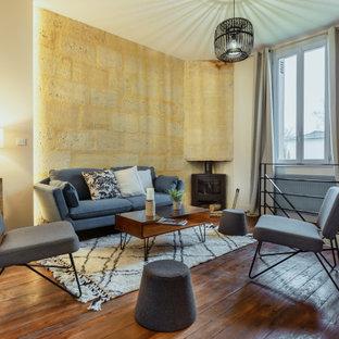 Inspiration pour un grand salon méditerranéen ouvert avec un mur jaune, un sol en bois foncé, aucune cheminée, aucun téléviseur et un sol marron.