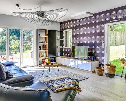 inspiration pour un salon bohme avec un mur multicolore un sol en bois clair