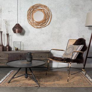 他の地域の中サイズのトロピカルスタイルのおしゃれなLDK (ライブラリー、グレーの壁、コンクリートの床、暖炉なし、据え置き型テレビ) の写真