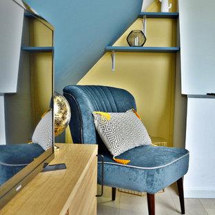 Ispirazione per un piccolo soggiorno contemporaneo con pareti grigie, pavimento in compensato, nessun camino, TV autoportante e pavimento beige