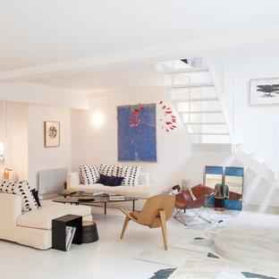 Aménagement d'un salon contemporain ouvert avec un mur blanc et un sol blanc.