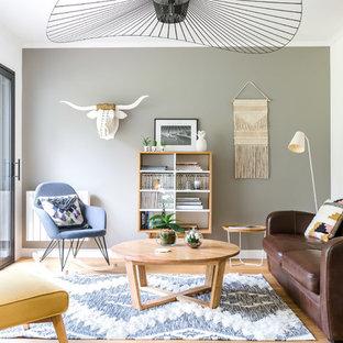 Idée de décoration pour un salon nordique fermé avec une salle de réception, un mur blanc, un sol en bois brun et un sol beige.