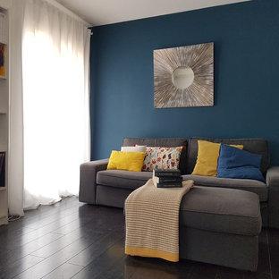 Idee per un soggiorno nordico di medie dimensioni e aperto con pareti blu, parquet scuro, nessun camino, TV autoportante e pavimento nero