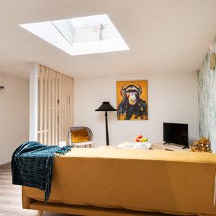 Diseño de salón papel pintado, nórdico, pequeño, papel pintado, sin chimenea, con paredes verdes, suelo de contrachapado, suelo marrón y papel pintado